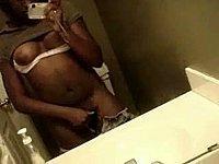 Geile Negerin filmt sich selbst nackt vor dem Spiegel
