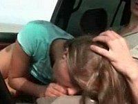 Oral Sex Vorspiel im Auto