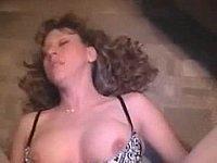 Ehefrau in zerrissener Strumpfhose gefickt und besamt