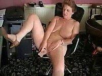 Reife Frau mit H�ngetitten beim Masturbieren
