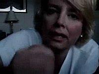Reife blonde Frau beim Schwanz wichsen