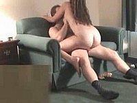 Paar beim Fick auf der Couch