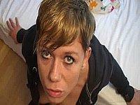 Kurzhaariges Mädchen beim Blasen mit Sperma schlucken