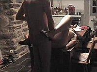 Feuchte Hausfrau auf dem K�chentisch durchgefickt