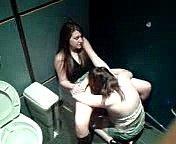 Zwei junge Mädchen heimlich beim Sex auf der Toilette gefilmt