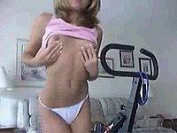 Geiles Mädchen (18) beim Privat Strip im Schlafzimmer der Eltern