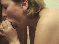 Blonde Ehefrau beim Sperma blasen