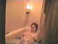 Dickes Luder wird heimlich beim Muschi fingern in der Badewanne gefilmt