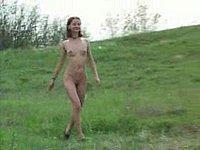 Geiles Mädchen (18) nackt im Freien und beim Pissen