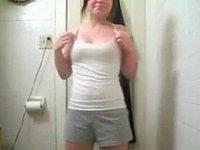 Geiles Mädchen (18) zieht sich im Badezimmer vor der Webcam aus