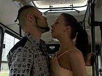 Schwanz blasen im vollbesetzten Bus - Sex in der Öffentlichkeit