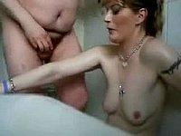Geile Ehefrau bl�st ihrem Mann einen in der Badewanne