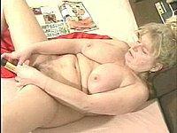 Versaute Oma befriedigt sich mit ihrem Vibrator