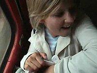 Spermageile Blondine beim Blowjob im Zug