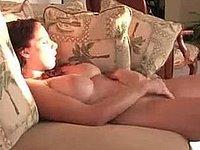 Mädchen mit dicken Titten beim Muschi wichsen