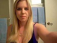 Sexy Blondine privat beim Strip im Badezimmer
