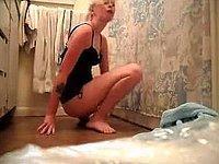 Geiles blondes Luder probiert ihr Sexspielzeug aus