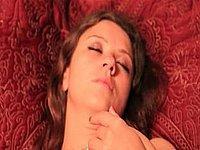 Geile Amateurin wichst ihre feuchte Lustmuschi
