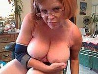 Reife dicke Hausfrau befriedigt sich selbst