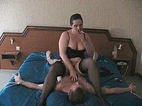 Reife Strapsmaus benutzt ihren wehrlosen Lust Sklaven