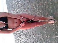 Am Strand zieht sie ihren Bikini und das H�schen aus