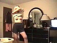 Geile versaute Ehefrau zieht sich nackt aus
