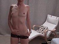 Sch�ne Frau zieht sich aus und zeigt ihre nackte Muschi